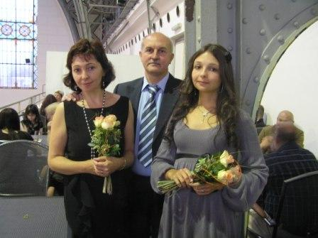 Александр Белов во время награждения 22.09.2011 г. с супругой Ольгой (слева) и дочерью Елизаветой (справа)