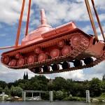 Розовый танк в Праге
