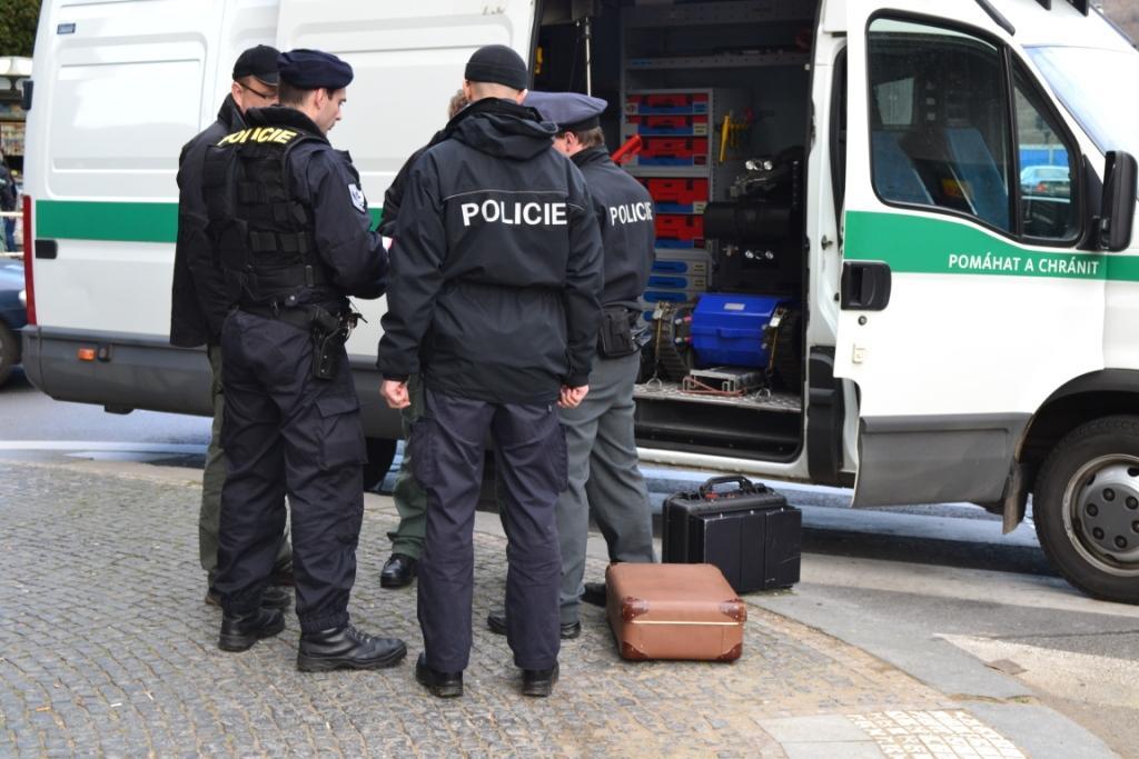 Этот коричневый чемодан парализовал Парижскую на полчаса