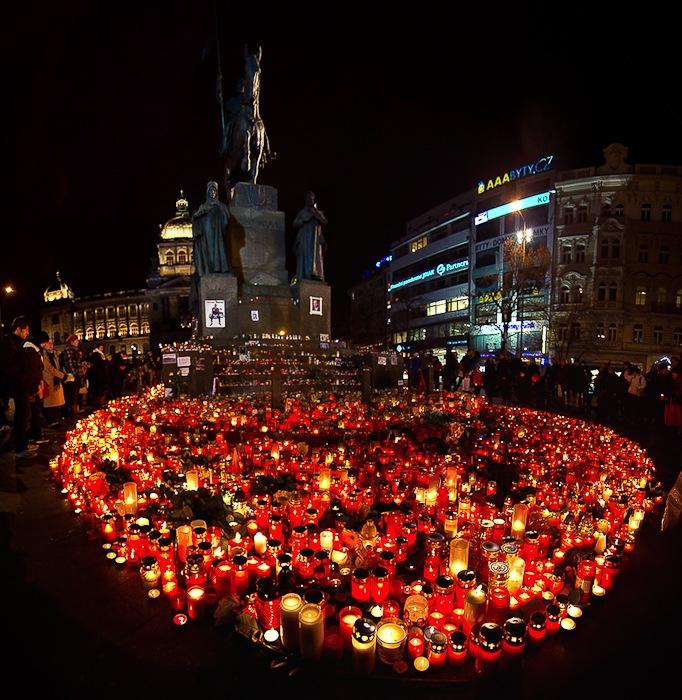 Сотни свечек в память о Вацлаве Гавале горят у памятника святому Вацлаву. Фото: Илья Ткач