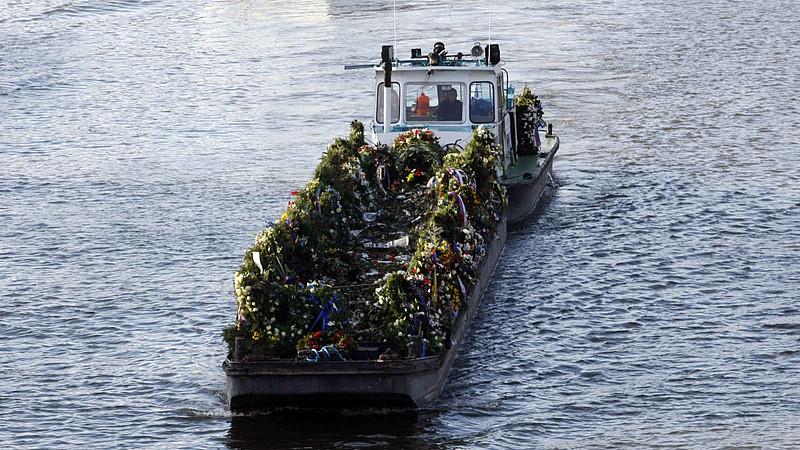 Траурное судно с цветами для Гавела завершает путь