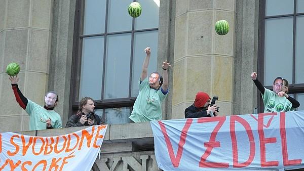 Студенты бросали из окон университета арбузы (фото с сайта Novinky.cz)