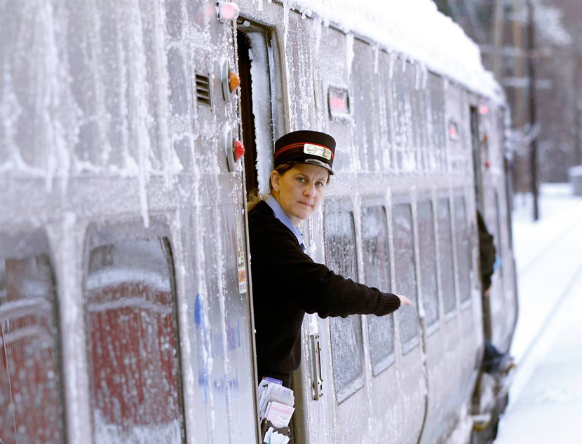Сильнейший снегопад нарушил движение поездов в Чехии.