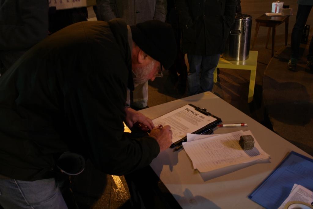Митингующие подписали петицию Клаусу с требованием обратиться к Дмитрию Медведеву за официальным объяснением происходящего в России
