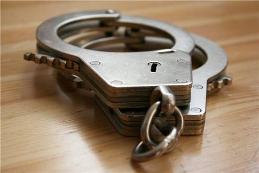 Защелкнув наручники на запястьях, мужчина понял, что ключей у него нет