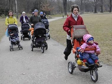 Детская коляска как спортивный тренажёр (фото ?TK)
