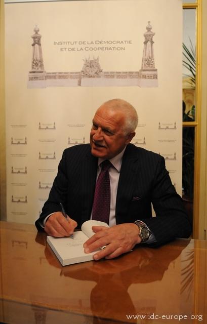 Вацлав Клаус на презентации своей книги в Париже