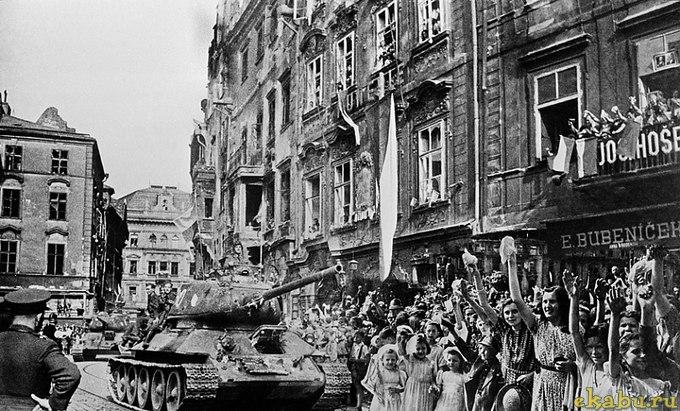 Пражане привутствуют Советскую армию