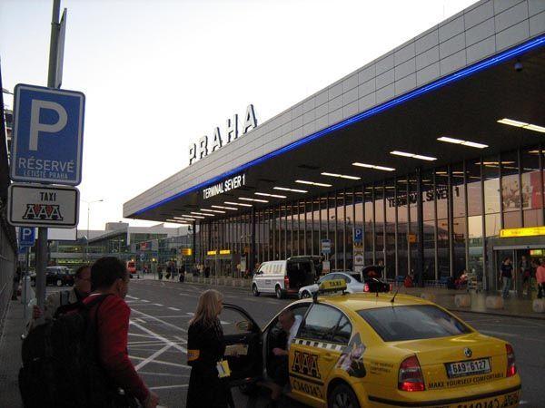 С 1 июля дороги к терминалам пражского аэропорта регулируются