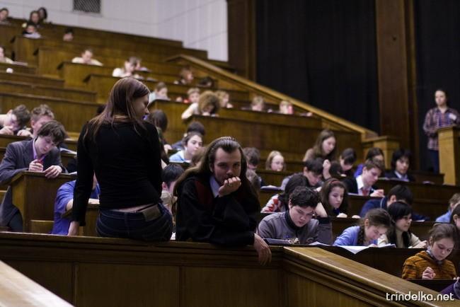 среди взрослого населения Чешской Республики, обучение в высших учебных заведениях более популярно