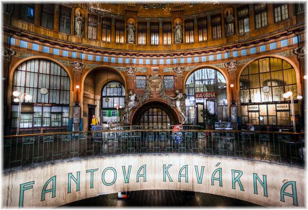 """главным образом – высокие купола, витражи и высеченные лица женщин, представляющих Прагу как """"мать городов""""."""