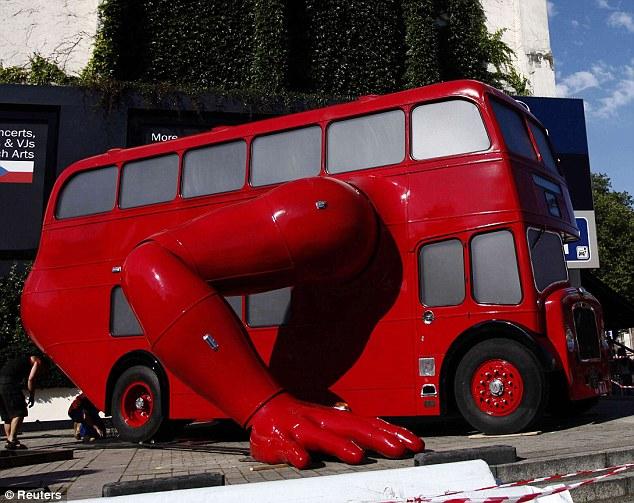 Красный автобус, напоминающий лондонские совершает отжимания под постоянное звуковое сопровождение, как будто бы автобус-спортсмен тренируется из последних сил.