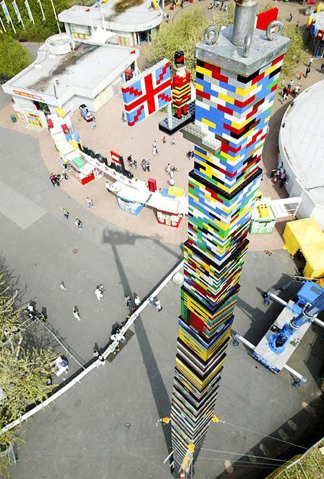Самая высокая башня Лего на сегодняшний день построена в парке развлечений Насу, недалеко от Токио. Построена она была совсем недавно, в начале апреля. Ее высота составляет 29.7 метров, Необычность японской башни в том, что это не просто самая высокая постройка из Лего, но это еще и точная копия космического корабля «Спейс Шаттл» на старте.