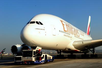 Airbus A380 является самым большим пассажирским самолетам мира как по размерам, так и по весовым характеристикам.