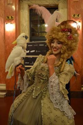 У гостей вечера была возможность сфотографироваться с попугаями