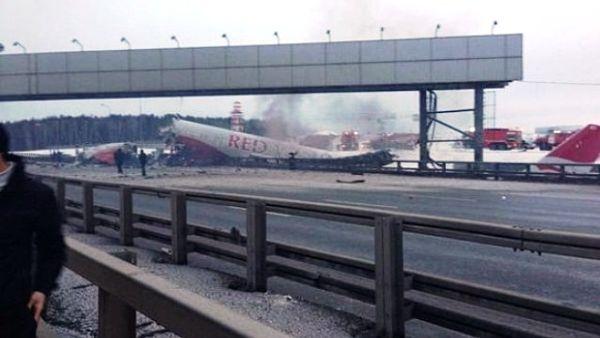 Самолёт совершил жётскую посадку и загорелся
