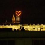 Светящееся сердце было установлено над Пражским Градом в 2002 году