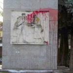 Вандалы облили памятник краской