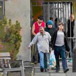 Заключённые стоят в очередях за соц.выплатами