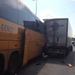 Недалеко от аэропорта автобус столкнулся с грузовиком