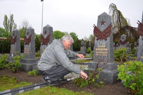 Андрей Фозикош обрезал розы
