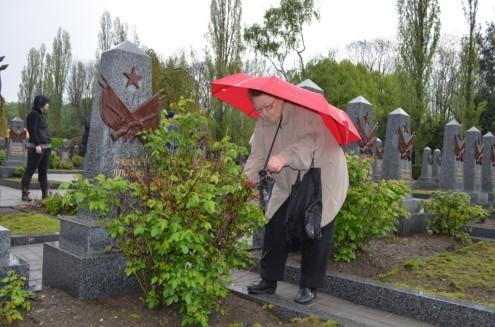 Ветеран ВОВ также обрезала розы