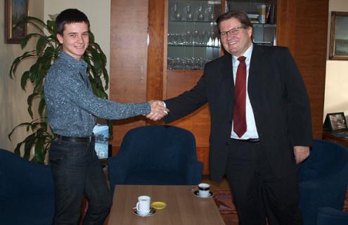 Победитель конкурса Алексей Безгласный из Самары на встрече с действующим сенатором Зденком Шкромахом, бывшим министром труда и социальной политики Чешской Республики