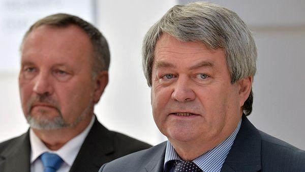 Председатель Коммунистической партии Войтех Филип (справа) и председатель депутатского клуба коммунистов Павел Ковачик.