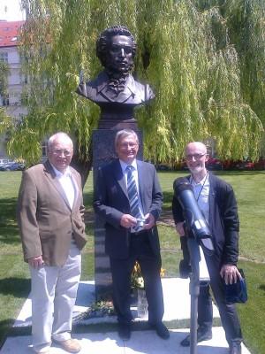 Скульптор В.Суровцев крайний справа