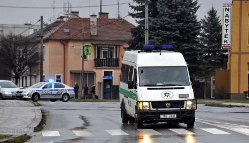 Неизвестный мужчина открыл стрельбу сегодня около часа дня в ресторане в городе Угерски-Брод