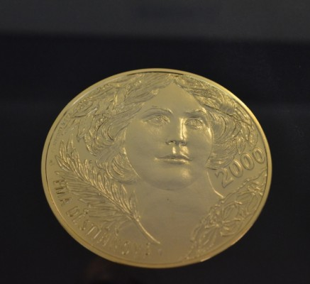 Золотая медаль с изображением Эмы Дестиновы