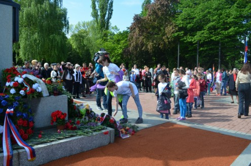 Детский хор на церемонии торжественного возложения венков к Мемориалу воинам Красной Армии