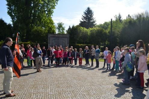 Детские хоры у памятника погибшим чехословацким воинам на Ольшанском кладбище