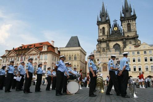 По главным улицам с полицейским оркестром