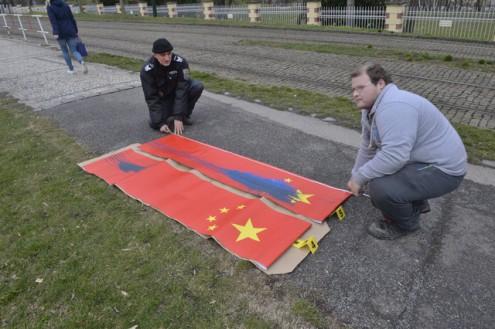 Вандалы испортили китайские флаги