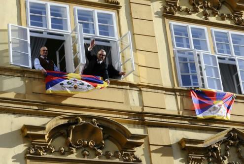 Шварценберг и Калоусек вывесили тибетские флаги