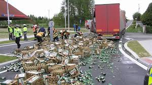 В Чехии из грузовика выпали десятки ящиков с пивом