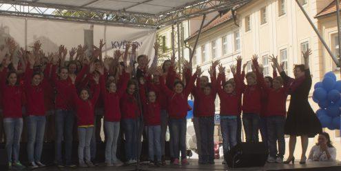 Под мирным небом и с песнями детей