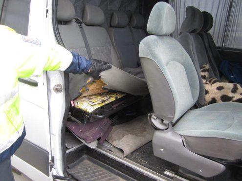 Таможенники задержали автомобиль с контрабандными сигаретами