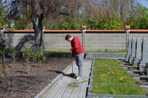 Уборка на военном кладбище в Праге