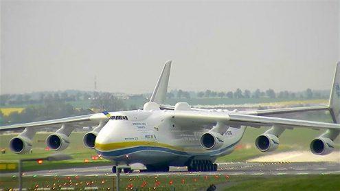 В Прагу прилетел самый большой самолет в мире
