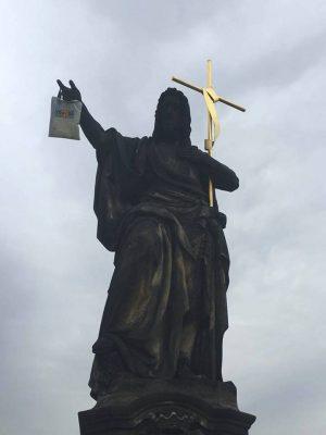 Вандал повесил пакет на скульптуру на Карловом мосту