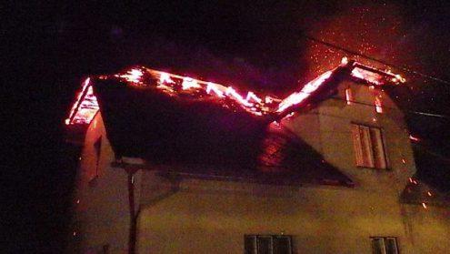 В Чехии молния подожгла крышу дома