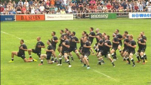 В центре Праги регбисты из Новой Зеландии станцуют хаку