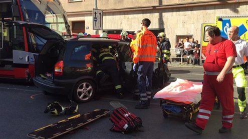 В центре Праги произошло столкновение трамвая и автомобиля