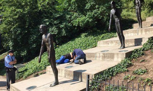 Задержали студентов , повредивших статую мемориала жертвам коммунизма