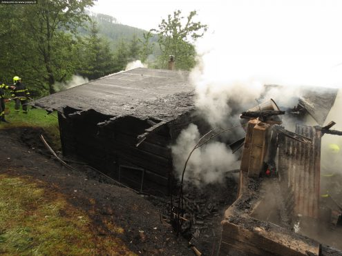 В Чехии из-за удара молнией загорелся деревянный дом