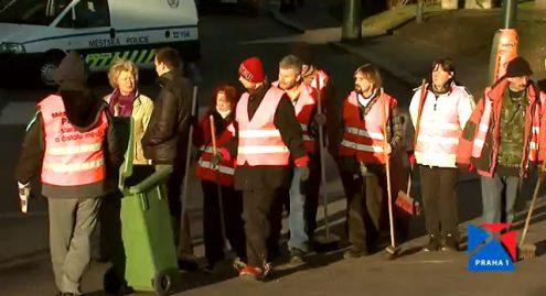 Бездомные люди начали убирать улицы Праги