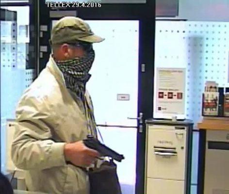 Полиция ищет мужчину, ограбившего банк в Праге
