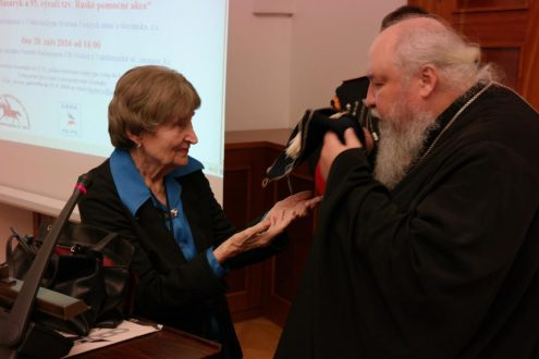Дочь казака В.В. Карпушкина Нина Ингриш  передает бушлат отца